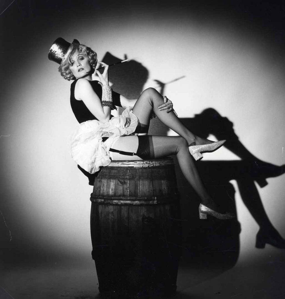 Marlène Dietrich en porte-jarretelles